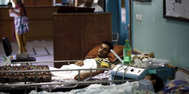 Des patients palestiniens sont couchés sa centre Al-Wafa près de la Ville de Gaza le 16 juillet 2014
