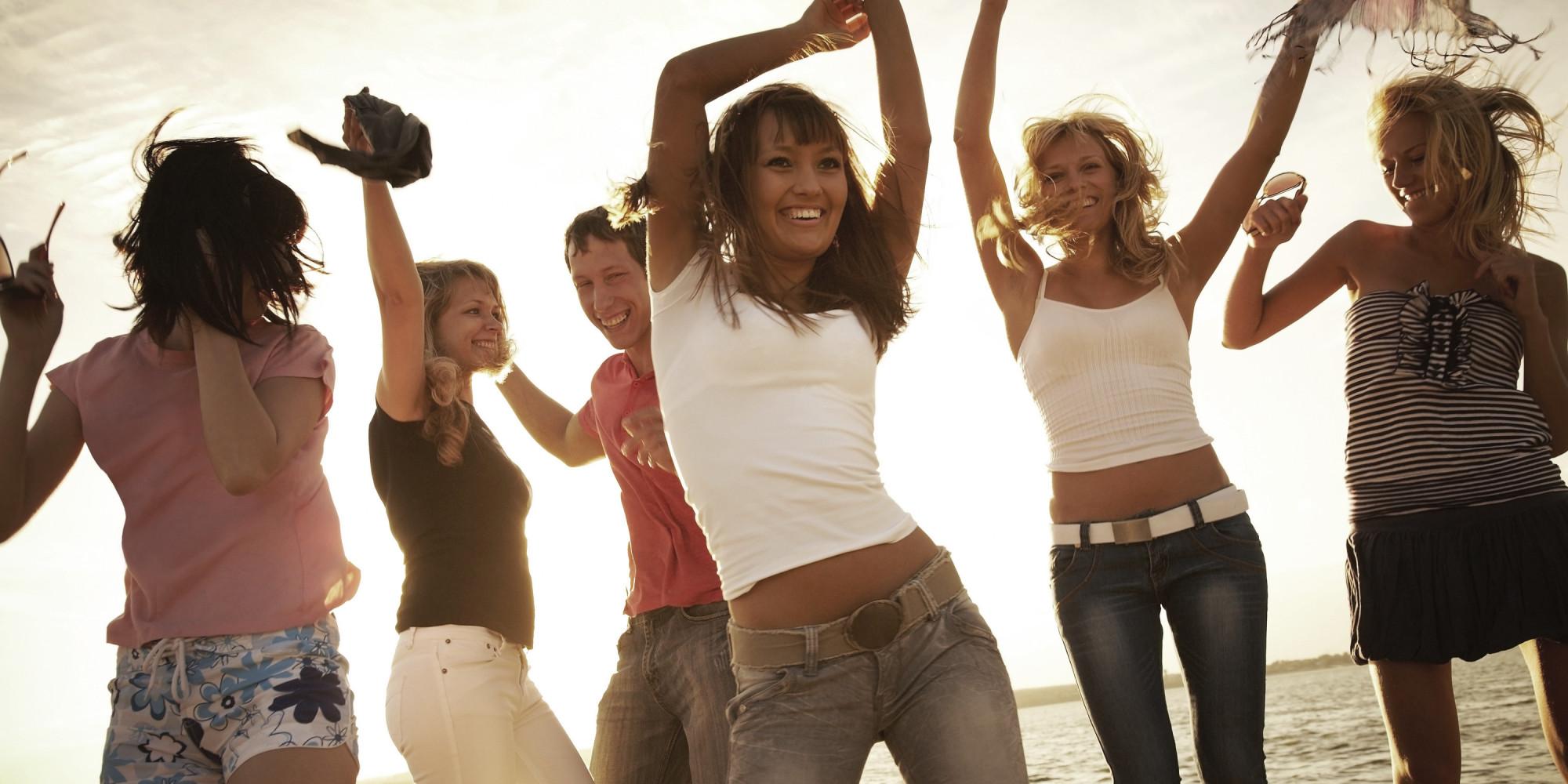 Люди танцуют на пляже фото