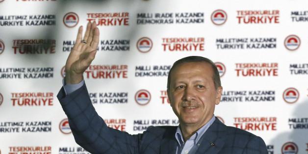 10일, 타이이프 에르도안 터키 총리가 사상 첫 직선제 대통령 선거에서 당선을 확정지은 뒤 지지자들에게 손을 흔들고 있다.
