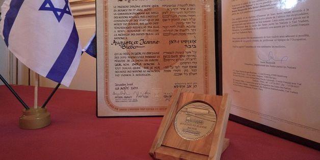Le diplôme et la médaille de Juste parmi les nations remis par l'Institut Yad Vashem