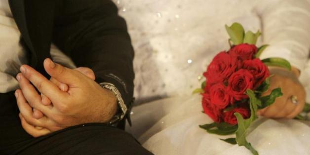 Un couple se tenant par la main lors de ses noces à Saïda, dans le sud du Liban, le 30 septembre 2010