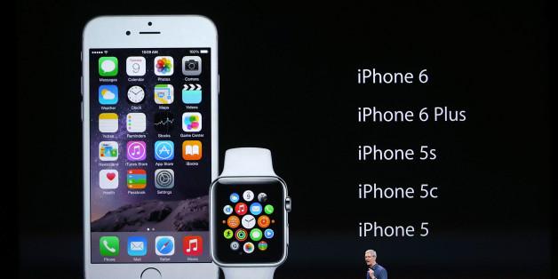 애플 최고경영자 팀 쿡이 아이폰6와 애플워치를 소개하고 있다.