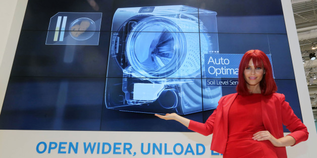 삼성전자는 최근 독일 베를린에서 열린 'IFA 2014'에서 다양한 프리미엄 제품들을 선보였다. 사진은 '시티큐브 베를린' 삼성전자 전시장에서 모델이 크리스탈블루 세탁기를 선보이고 있는 모습.
