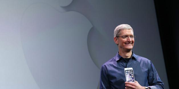 애플 CEO 팀 쿡이 9일 아이폰6와 애플워치를 발표하고 있다.