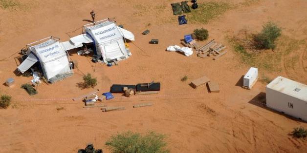 Des soldats français se tiennent le 29 juillet 2014 à côté de tentes installées pour les besoins de l'enquête à proximité du lieu du crash d'un avion d'Air Algérie au Mali.