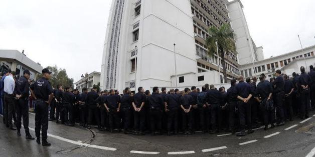 """Les policiers entourent le """"Palais"""" à Alger"""