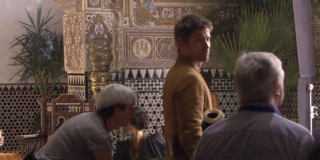 L'interprète de Jaime Lannister joue dans ce qui semble être un salon marocain