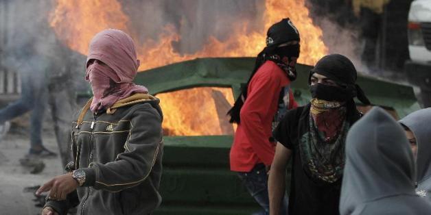 Des jeunes Palestiniens masqués lors de heurts avec des policiers israéliens au amp de Chouafat, à Jérusalem-Est, le 5 novembre 2014
