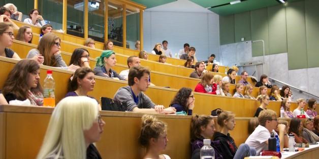 Die Universität Salzburg bietet zahlreiche Möglichkeiten, mit dem ERASMUS+ Programm einen Teil des Studiums im europäischen Ausland zu absolvieren und dabei spannende akademische und persönliche Erfahrungen zu sammeln. Ab dem akademischen Jahr 2014/15 können Studierende mehrfach (einmal pro Studienzyklus) am Erasmus Programm teilnehmen!  Das BdR Internationale Beziehungen, die Erasmus-Beauftragten an den Fachbereichen und die ÖH Salzburg informierten an verschiedenen Standorten der Universität Salzburg über die Vorteile und Rahmenbedingungen eines Auslandsaufenthalts mit Erasmus im Rahmen einer Informationsveranstaltungsreihe    Folgende Inhalte wurden dabei vermittelt:  -Allgemeine Informationen über Studienaufenthalte mit Erasmus+  -Fachbereichs-/ fakultätsspezifische Informationen zur Bewerbung um einen Erasmus-Platz -Erfahrungsberichte von ehemaligen Outgoing-Studierenden und derzeitigen ERASMUS-Incoming-Studierenden -Anrechnung der Studienleistung nach dem Erasmus-Auslandsaufenthalt -Geförderte Praktika für Studierende und AbsolventInnen im Rahmen von Erasmus+ -weitere praktische Hinweise rund um das Auslandsstudium  (© Gruber/Haigermoser)