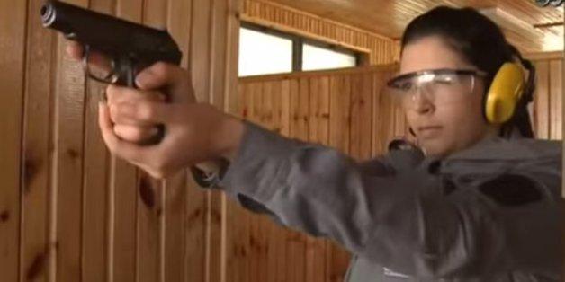 Douanière algérienne en séance d'entrainement au tir