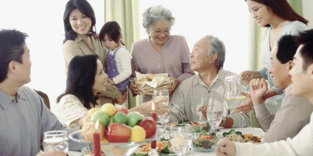 Berkumpul bersama keluarga pastinya juga menjadi hal yang sangat dinantikan saat di bulan Ramadhan ini kan (dok. huffington post)