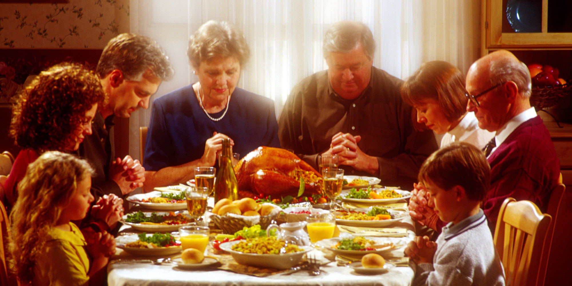 family praying at dinner - HD 2000×1000