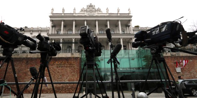 Cameras stand in front of Palais Coburg where closed-door nuclear talks with Iran   take place in Vienna, Austria, Saturday, Nov. 22, 2014. (AP Photo/Ronald Zak)