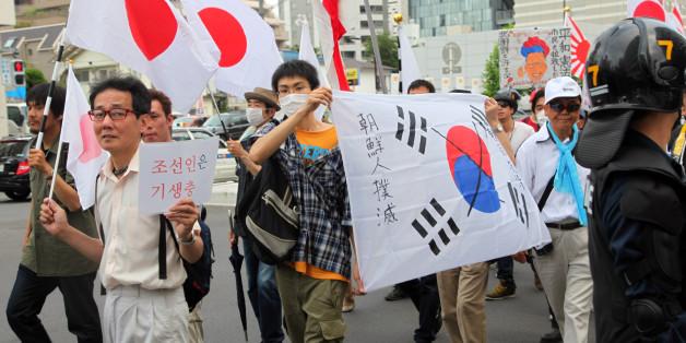 재특회 등 반한민족주의 성향의 일본인들이 2013년 5월 19일 재일동포에게 '특권'이 주어지고 있다고 비난하며 일장기를 들고 도쿄거리에서 시위를 벌이고 있는 모습