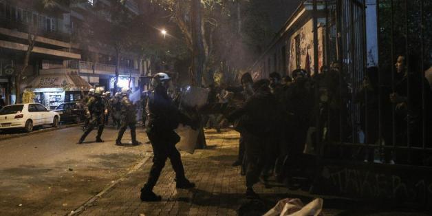 Επεισόδια μεταξύ φοιτητών και αστυνομίας έξω απο το Πολυτεχνείο στην Αθήνα, στις 13 Νοεμβρίου, 2014 (Nick Paleologos / SOOC)