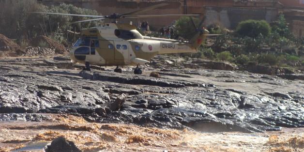 Un hélicoptère de secours dans la région de Guelmim, frappée par les pluies torrentielles, novembre 2014
