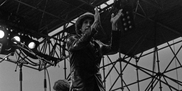 """Bob Dylan beim gemeinsamen Auftritt mit Joan Baez und Santana (welche Mischung!) , Hamburg, Mai 1984. Im Hintergrund E-Rolling-Stone Mick Taylor  Mehr:  <a href=""""http://www.hklaffs.de"""" rel=""""nofollow"""">www.hklaffs.de</a>"""