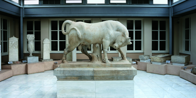 Το αίθριο του μουσείου με επιτύμβιες στήλες και τον μνημειώδη μαρμάρινο ταύρο από τον περίβολο του Διονυσίου του Κολλυτέως ο οποίος έχει αποτελέσει σήμα κατατεθέν του Κεραμεικού.