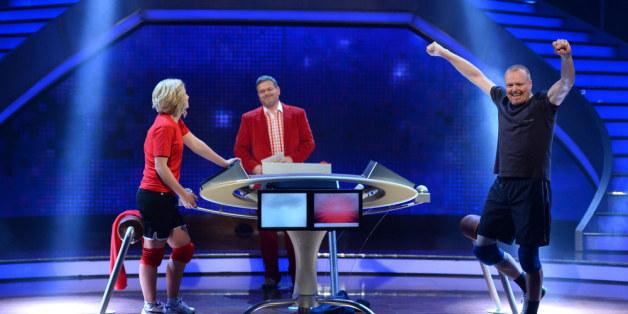 Schlag Den Raab Moderator Kämpft Sich Durch Jubiläums Show