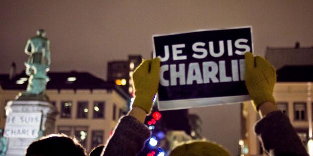 """Rassemblement solidaire pour les attentat du 7 Janvier 2015 à la rédaction de """"Charlie Hebdo"""", Place Luxembourg, Bruxelles.""""Mieux vaut mourir debout que vivre à genoux""""."""