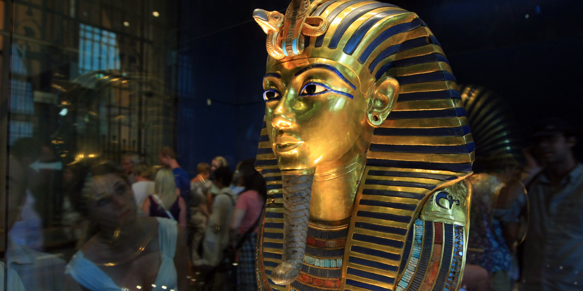 king tut 39 s mask damaged beard snapped off during botched cleaning huffpost. Black Bedroom Furniture Sets. Home Design Ideas