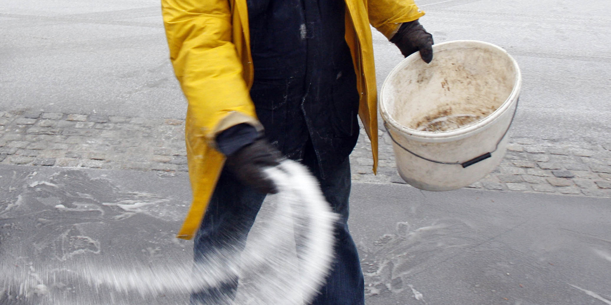 Heres a science backed guide to de icing your driveway huffpost solutioingenieria Gallery