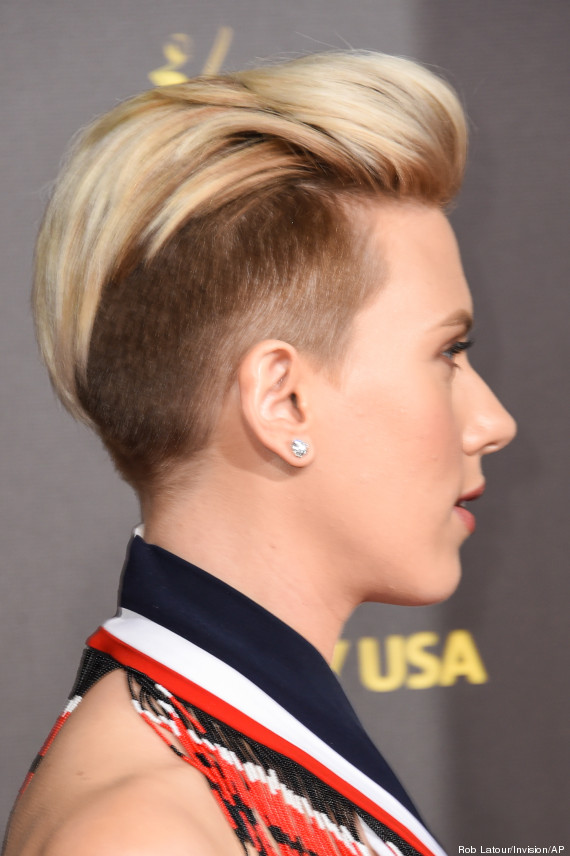 photos scarlett johansson montre sa nouvelle coupe de cheveux half hawk lors du gala g 39 day. Black Bedroom Furniture Sets. Home Design Ideas