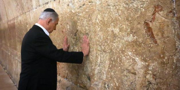 Le Premier ministre israélien Benjamin Netanyahu se recueille devant le Mur des Lamentations à Jérusalem, la veille de son départ pour les USA, le 28 février 2015