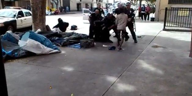 Capture d'écran de la vidéo qui montre des policiers tuant un sans-abri à Los Angeles.