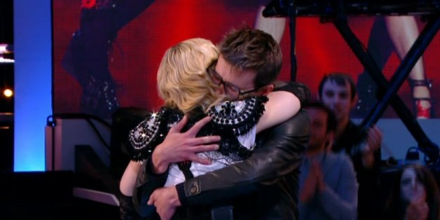 """VIDÉO. L'émouvante accolade entre Madonna et Luz de """"Charlie Hebdo"""" au """"Grand Journal"""""""