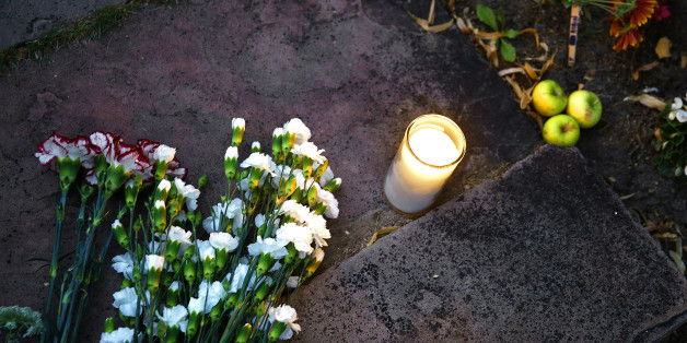 BOULDER, CO - AUGUST 11:  Flowers and a single candle are left at a makeshift memorial for Robin Williams on August 11, 2014 in Boulder, Colorado. The exterior of the house was used in the opening credits for 'Mork & Mindy,' the comedy based in Boulder that catapulted Williams' career. Williams, 63, died at his Northern California home Monday in a suspected suicide, according to law enforcement officials. (Photo by Marc Piscotty/Getty Images)