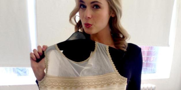 PHOTOS. La couleur de la robe est AUSSI blanche et dorée pour une pièce unique vendue aux enchères