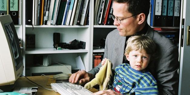 (GERMANY OUT) Heimarbeit : Vater mit Kind am Computer. Arbeit Familie Heimarbeitsplatz Telearbeitsplatz Teleheimarbeit Telearbeit Beruf . (Photo by PFP/ullstein bild via Getty Images)