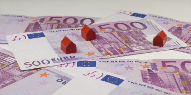 500 Euro bills and small red wooden houses