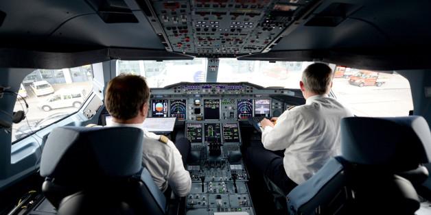 Zwei Piloten in einem A320-Cockpit