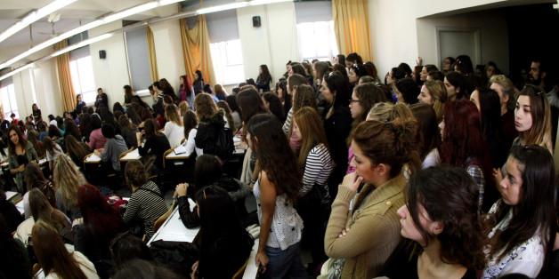 Φοιτητές κάθονται στο πάτωμα κατά την διάρκεια μαθήματος στο ΕΚΠΑ, το 2013. (Φωτογραφεία αρχείου, Eurokinissi)