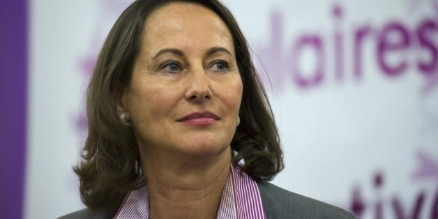 La présidente socialiste de la région Poitou-Charentes, Ségolène Royal (C) s'apprête à participer à une université populaire participative de Désirs d'Avenir sur le thème 'Liberté de la presse et des médias, une utopie réalisable', le 23 novembre 2010 à Paris. Ségolène Royal s'est dite ce jour 'particulièrement choquée de la façon dont' la journaliste d'I-TELE, Audrey Pulvar, 'a été débarquée' en raison de sa relation avec le dÃ