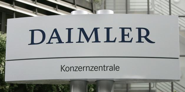 """** ARCHIV ** Blick auf das Daimler Zeichen vor der Konzernzentrale in Stuttgart am 5. Oktober 2007. Ein auslaendischer Hedge-Fonds nimmt einem """"Focus""""-Bericht zufolge den Daimler-Konzern ins Visier. Banken haetten den Autobauer in der vergangenen Woche ueber umfangreiche Kaeufe von Daimler-Aktien informiert, berichtete das Nachrichtenmagazin unter Berufung auf ein Aufsichtsratsmitglied. Der unliebsame Investor nutze bei seinen Transaktionen gezielt den niedrigen Boersenkurs aus, heisst es in dem"""