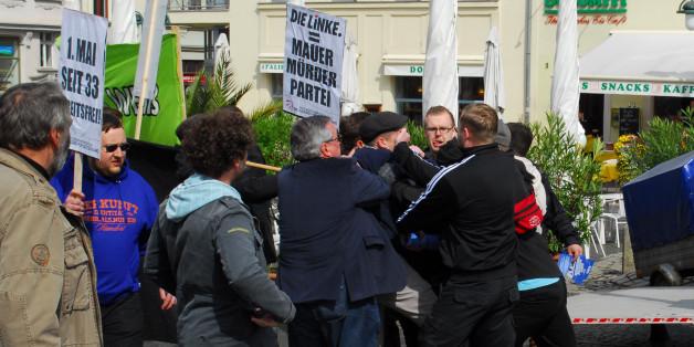 Teilnehmer einer Mai-Kundgebung werden in Weimar von Rechtsextremisten bedrängt, Weimars Oberbürgermeister Stefan Wolf (SPD, Mitte blaues Sakko) geht dazwischen.