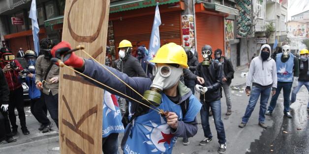 Am ersten Mai eskaliert in Istanbul die Gewalt, Demonstranten greifen die Polizei mit Steinschleudern an