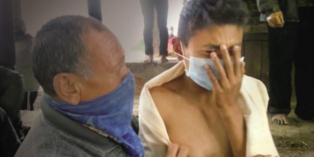 지난달 29일 차타포 마을 화장터에서 소리내 울고 있는 라즈를 친척이 위로하고 있다.