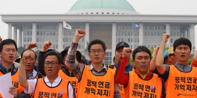 전국공무원노동조합 조합원들이 2일 오후 서울 여의도 국회 앞에서 공무원연금 개혁안 반대 입장 발표 기자회견을 한 후 구호를 외치고 있다.