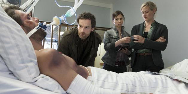 Leo Janek (Florent Raimond) liegt im Koma. Woher seine schweren Verletzungen stammen, ist den Kommissaren Peter Faber (Jörg Hartmann), Nora Dalay (Aylin Tezel) und Martina Bönisch (Anna Schudt) ein Rätsel.