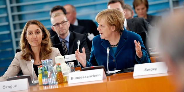 Integrationsbeauftragte der Bundesregierung, Aydan Özoguz und Bundeskanzlerin Merkel beim 7. Integrationsgipfel der Bundesregierung