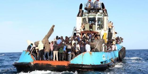 """Photo fournie le 4 mai 2015 par la marine italienne de femmes et enfants transférés sur le bateau militaire """"Bettica"""" au large de la Sicile"""
