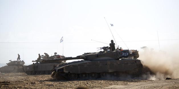 Un tank israélien pénetre la bande de Gaza le 25 juillet 2014