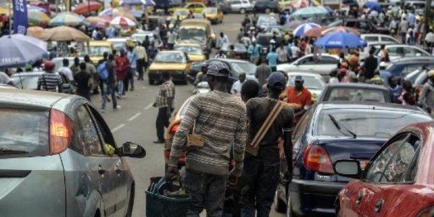 Des Camerounais vendeurs de rue cherchent des clients