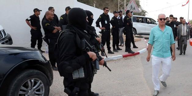 Des policiers tunisiens près de l'entrée de la synagogue de la Ghriba, le 6 mai 2015