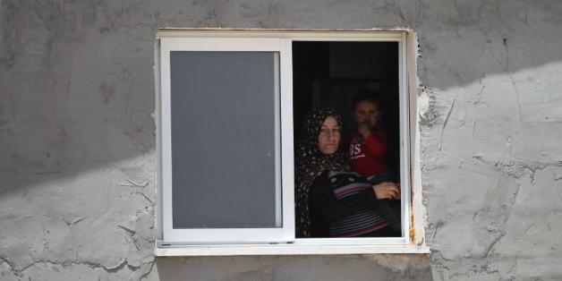Une palestinienne de Deirat (sud de la Cisjordanie) le 21 avril 2015 devant sa tente après avoir perdu sa maison détruite par les Israéliens