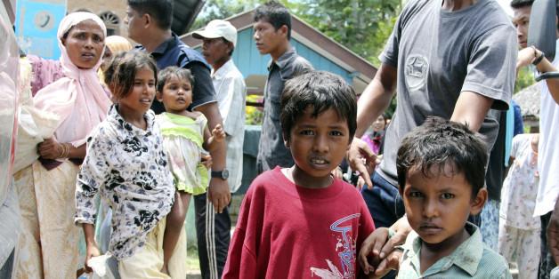Des enfants Rohingya dont les bateaux ont échoués attendent pour être évacués vers un abri temporaire à Seunuddon, dans la province de Aceh en Indonésie. Dimance 10 mai 2015